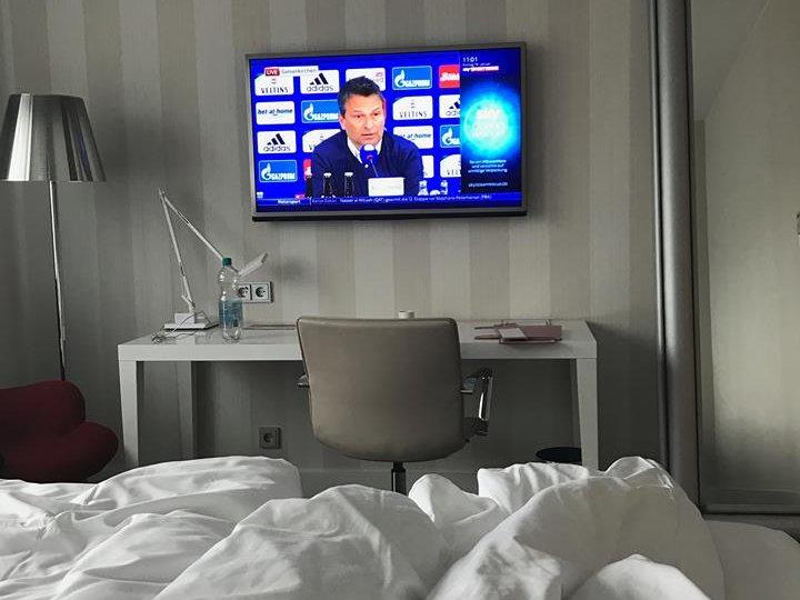 Leben im Hotel: Ein Sportwetten Experte verfolgt Fußballspiele live weltweit und ist immer vorne mit dabei.